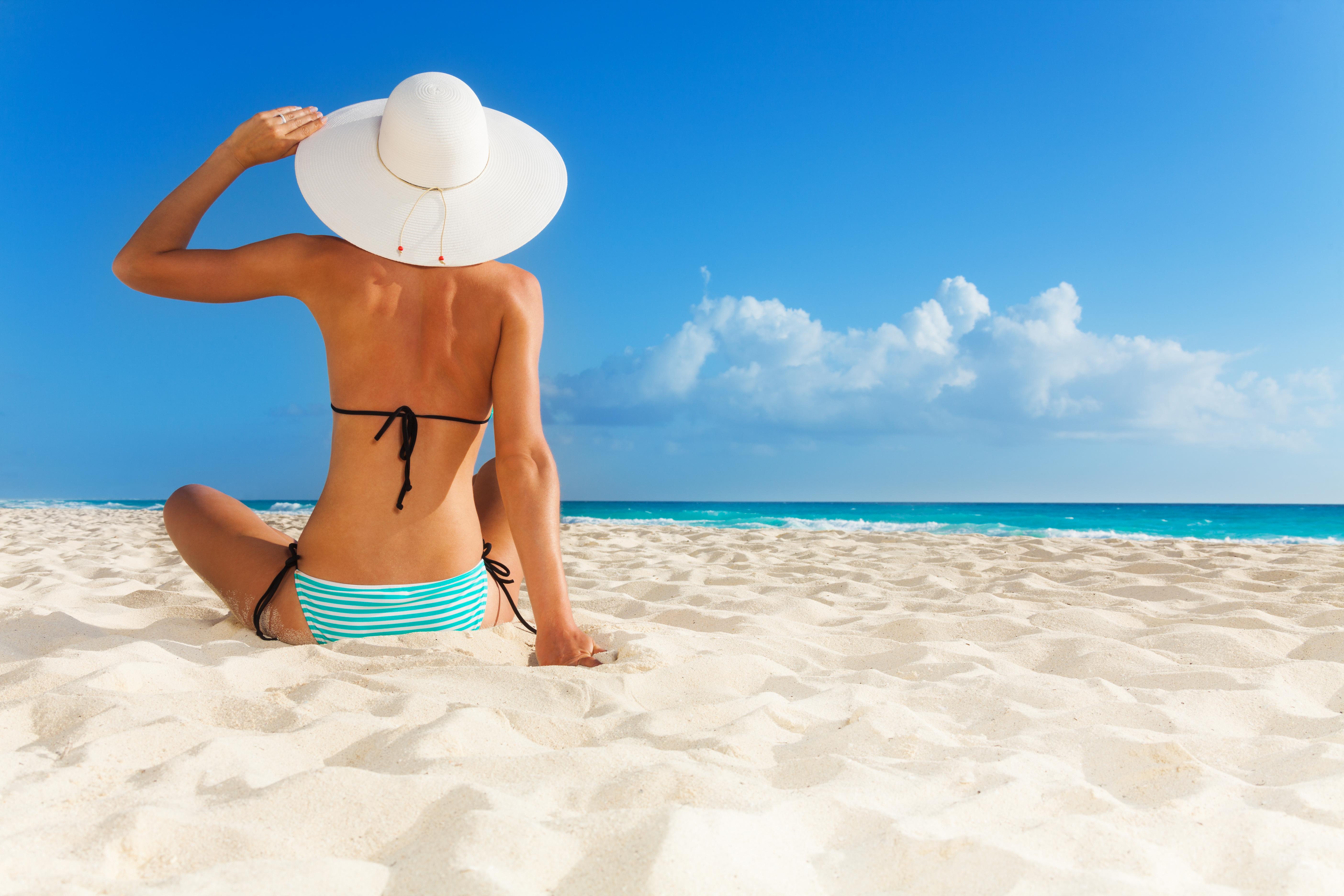 Фото в купальнике на пляже со спины 21 фотография